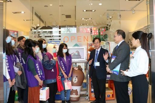 江宏哲副校長與蕭彰銘理事長在瑞昌藥局慰勉藥學系學生志工。