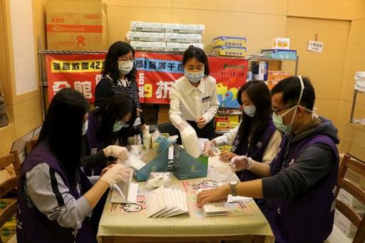 中醫大藥學系學生志工支援健保藥局協助口罩分裝配發行列。