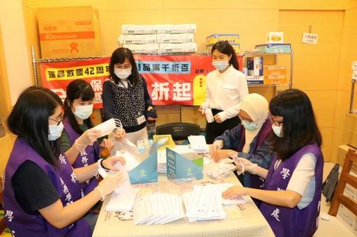 四名外籍生投入支援臺中市健保藥局協助口罩分裝配發行列。