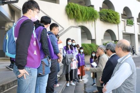 林正介副校長在學校慰勉藥學系學生志工。