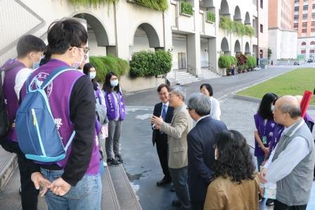 林正介副校長與江宏哲副校長在學校慰勉藥學系學生志工。