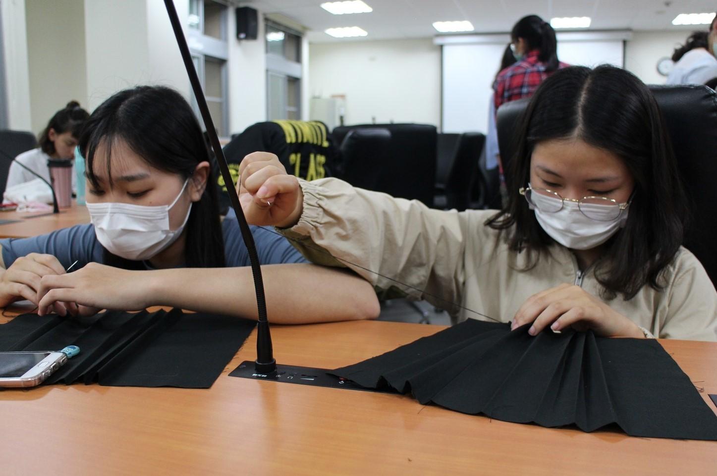 東華大學同學專注於縫紉布口罩套