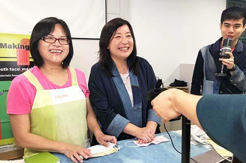 台北市婦女新知協會理事長蔣念祖(中)與林芳美裁縫師(左)教導尼泊爾婦女製作布口罩。照片公益傳播中心