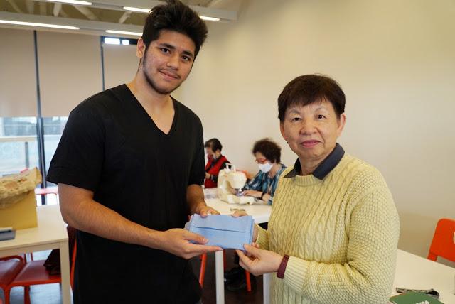 玻利維亞籍學生Marcos說,長青大學做的口罩套很漂亮,謝謝大家傳遞溫暖給他們,來台灣念書深深感受到台灣人的熱情。