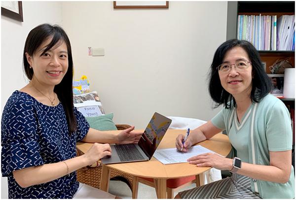 三月底時,歐凰姿獲得推薦代表臺灣臨床藥學會,以NGO的身分,參與世界衛生組織在日內瓦的會議的機會並將報告社區藥局防疫相關事務。雖然因為疫情會議取消,不過歐凰姿仍在系上高雅慧教授的建議下,將先前整理好的相關資料,彙整成一篇論文,並投稿至國際期刊,很快的4月就獲刊載。