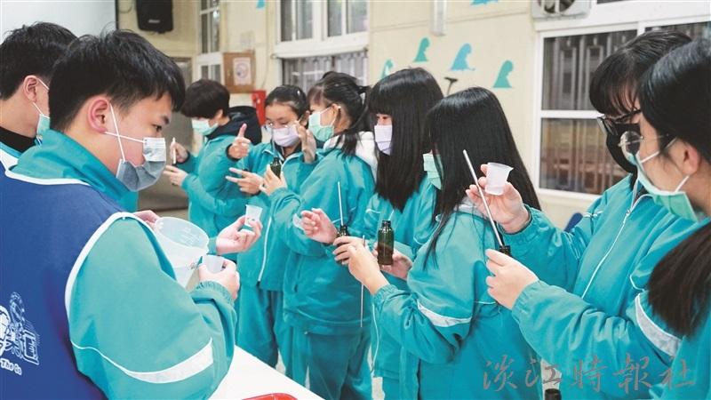 「化學遊樂趣」前進萬里國中,因應疫情教導同學自行製作洗手乳。(圖/科教中心提供)