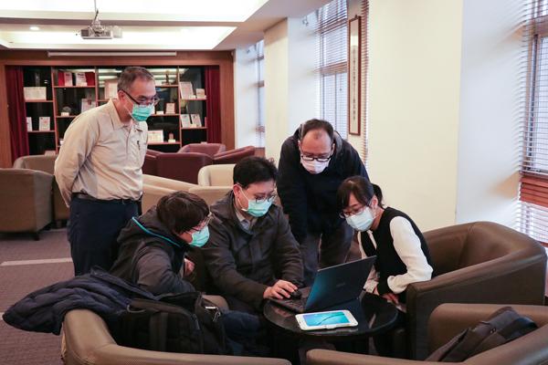 工程團隊討論消毒機器人運作模式