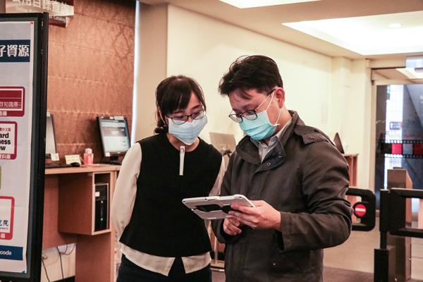工程師指導應用專員操作消毒機器人