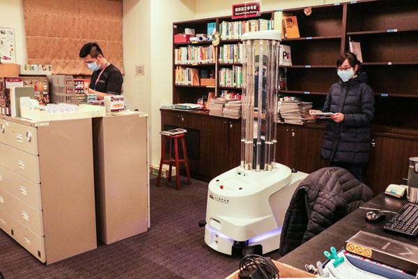 除了世新學生共同的閱讀空間,也針對圖書館管理員的辦公區域進行消毒,達到全面消毒