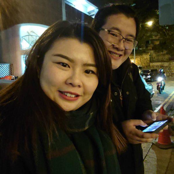 香港校友梁杏霖(左)